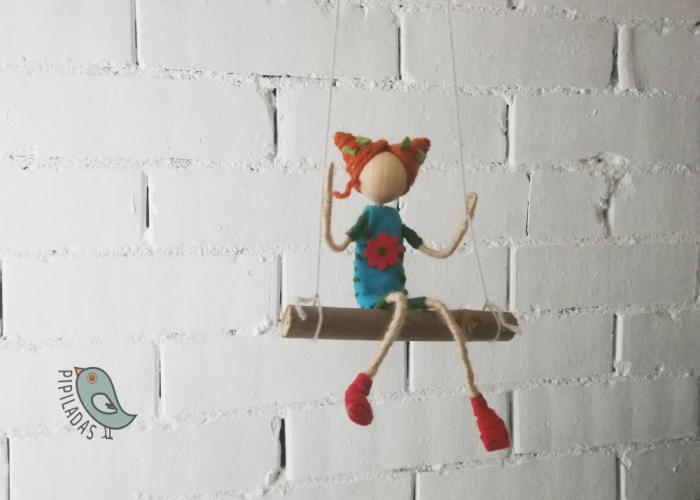 muñeca de fieltro en columpio moños azul pipiladas 1