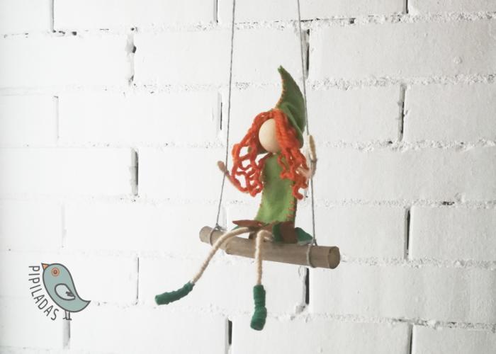 muñeca de fieltro en columpio verde pipiladas