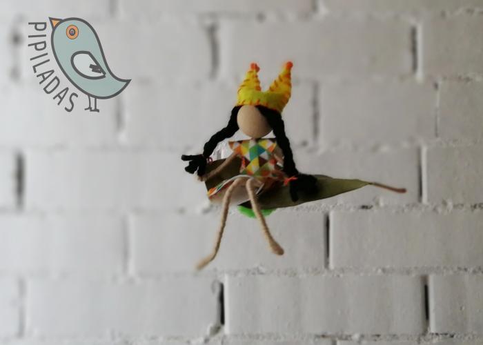 muñequita hecha a mano que flota sobre hoja