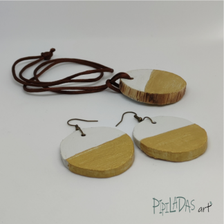 conjunto de colgante y pendientes artesanos color blanco y dorado pipiladas