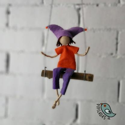 gracioso muñeco en columpio hecho a mano