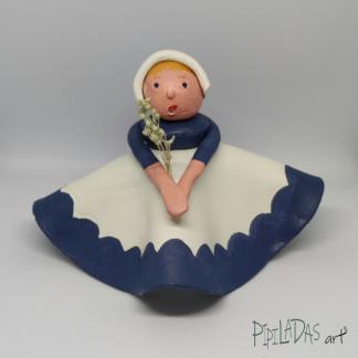 Muñeca de pasta de papel campesina azul y blanco