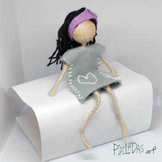 muñeca sentada para decorar hecha a mano