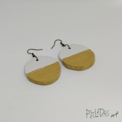 pendientes artesanos color blanco y dorado pipiladas