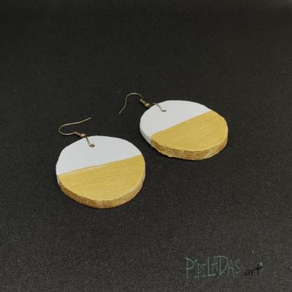 pendientes blanco y dorado artesanía pipiladas