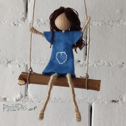 muñeca personalizada en columpio
